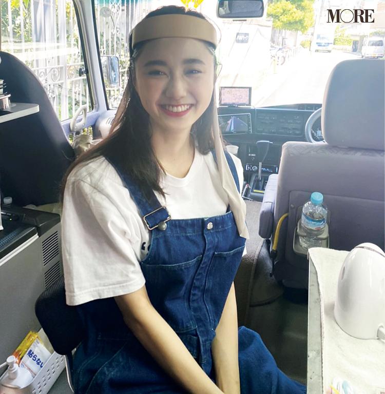 MORE7月号鈴木友菜のオフショット。ロケバスの車内でカチューシャをつけた様子