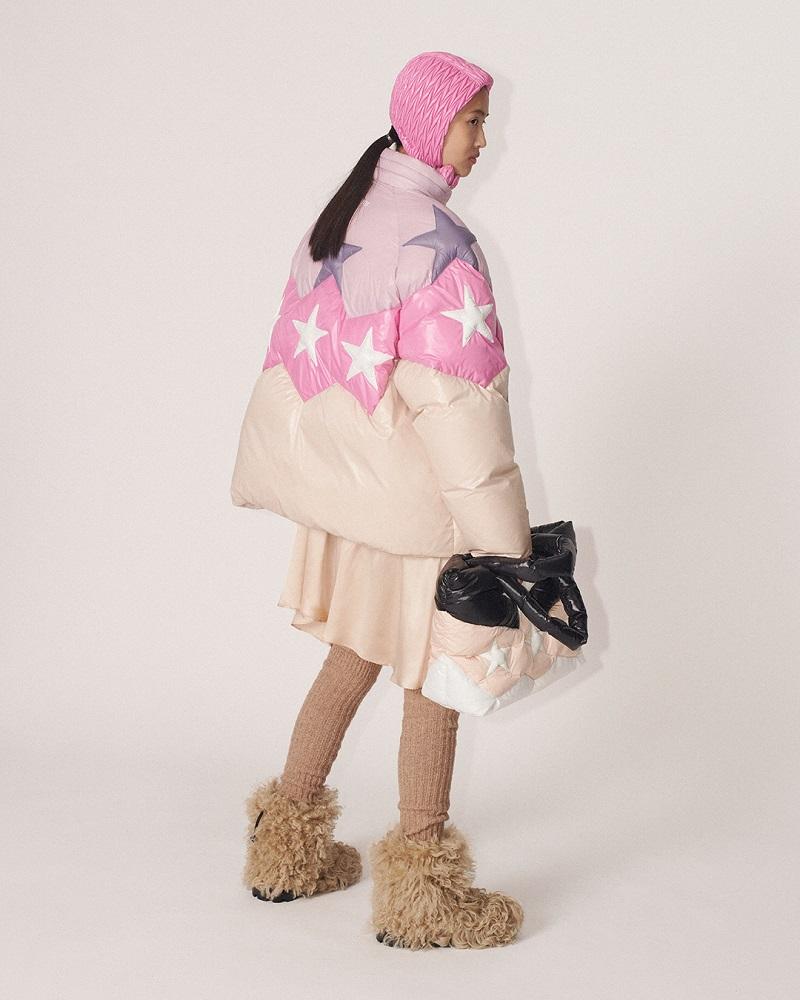 ミュウミュウの秋冬新作コレクション、ダウンジャケットとバッグ
