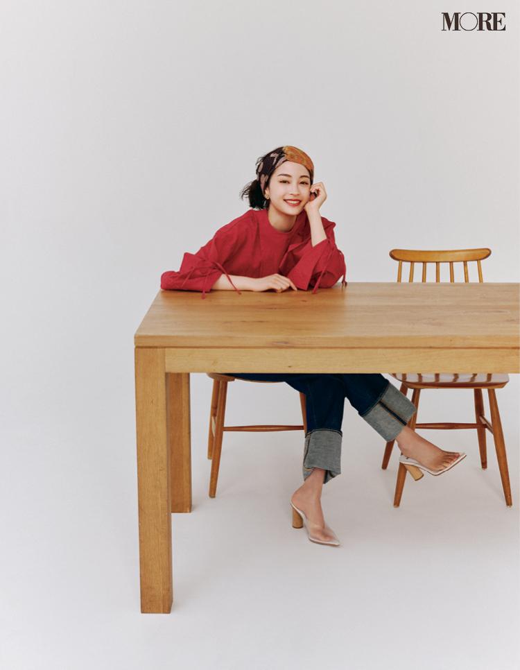 テーブルで座り笑顔の広瀬すず