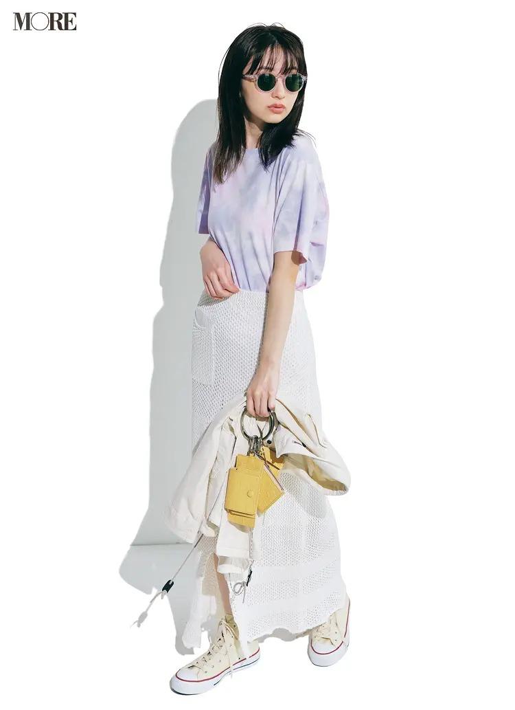 【夏のスニーカーコーデ】タイダイ柄シャツ×白スカート×白コンバース