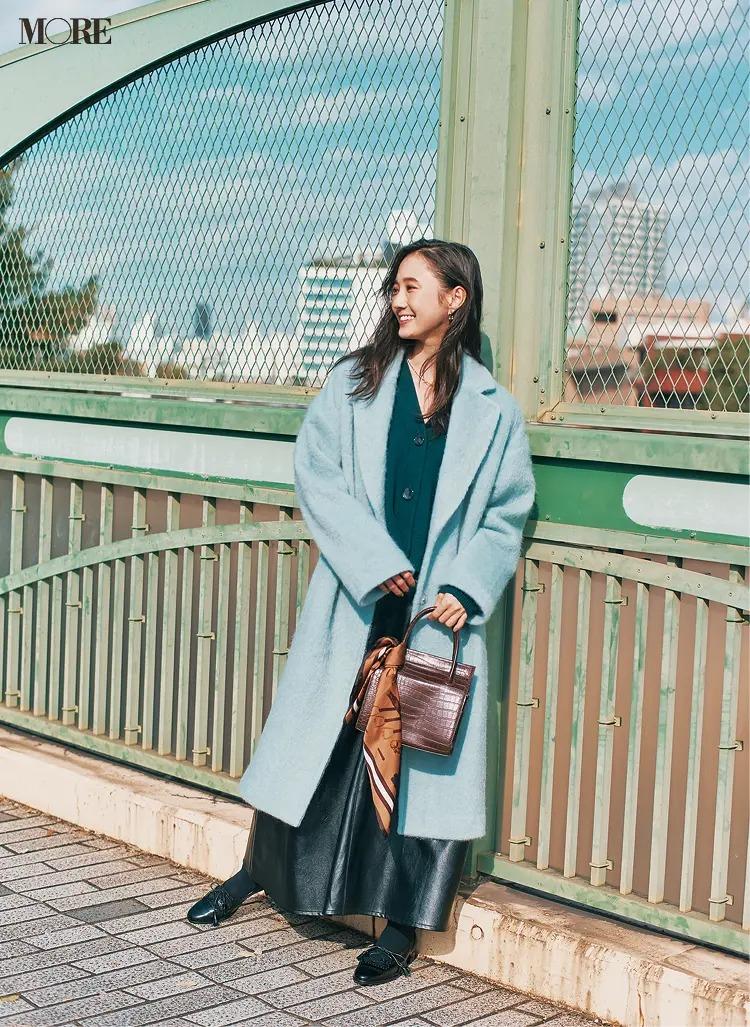 【2020-2021冬コーデ】ブルーのビッグチェスターコート×レザースカートコーデ
