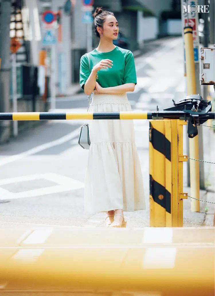 【2021夏オフィスカジュアル】白のティアードスカート×グリーンTシャツのコーデ
