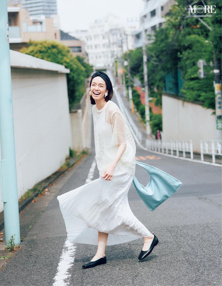 メッシュTシャツ×プリーツスカートコーデの佐藤栞里