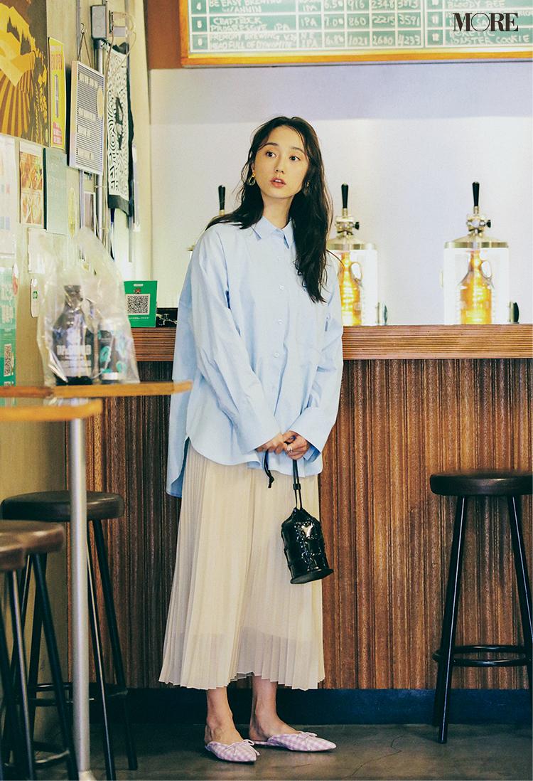 GUの水色シャツとプリーツスカートの鈴木友菜