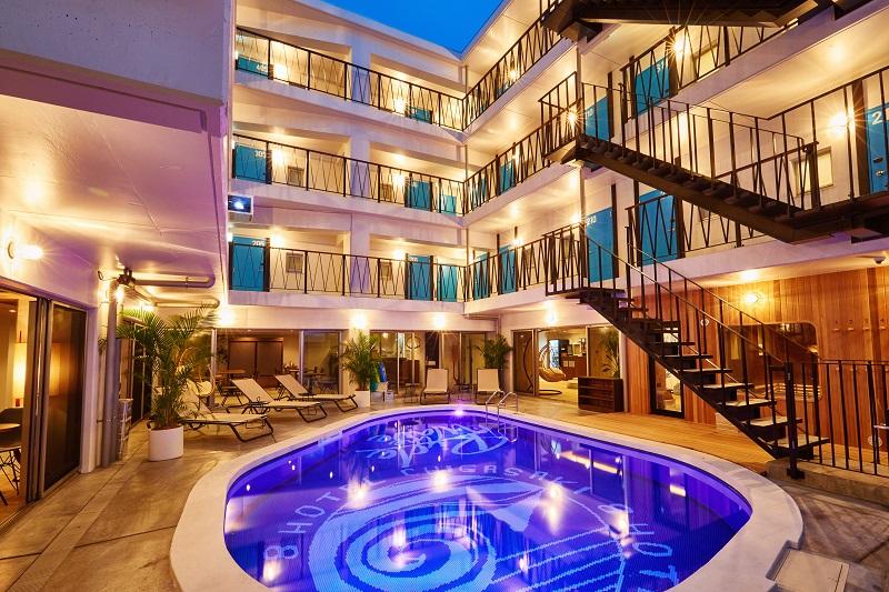 神奈川おしゃれホテル8HOTEL CHIGASAKIの中庭プール