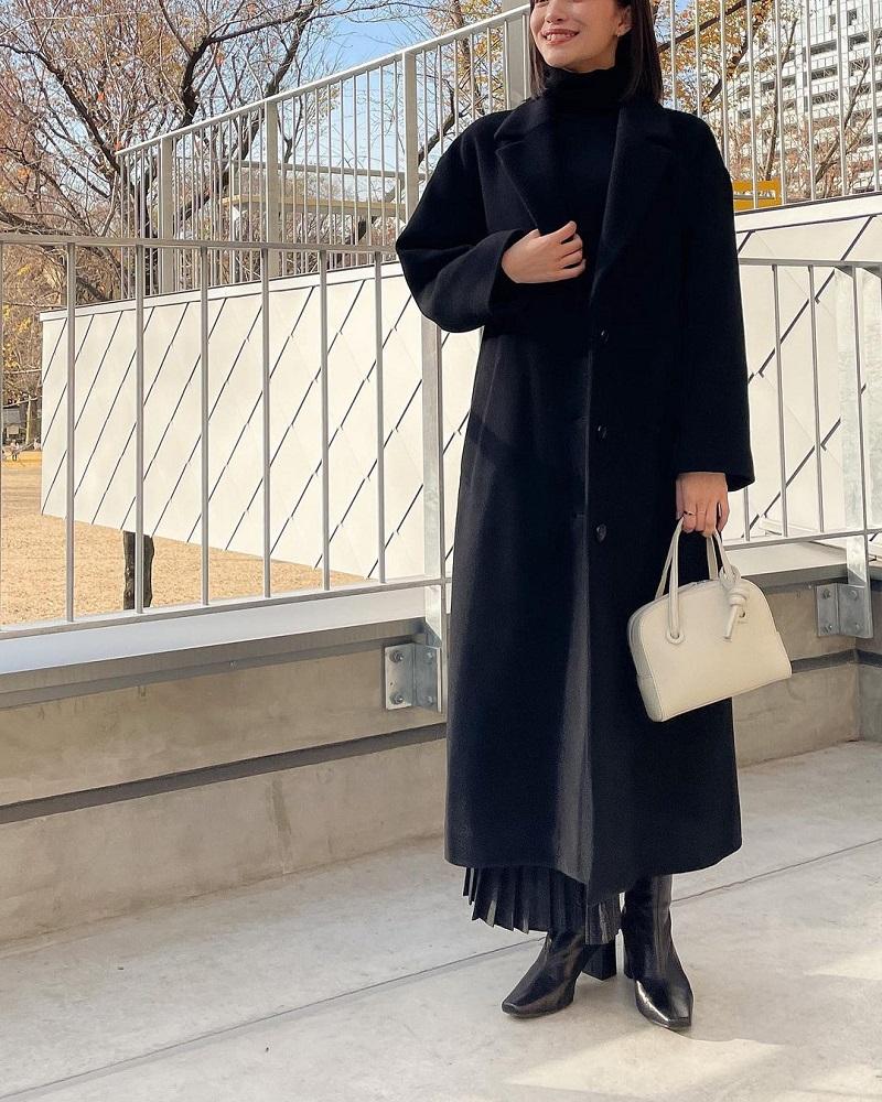 『ジャーナル スタンダード』で新調した黒のロングコートと、『VASIC』の白いバッグ