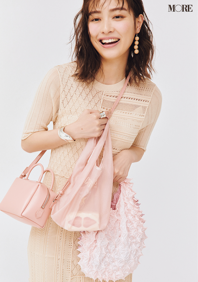 ピンク色のニットコーデの内田理央