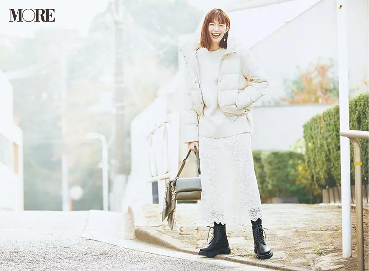 【ショートブーツコーデ】ダウンコート×ニット×スカートの白コーデに黒のレースアップブーツ