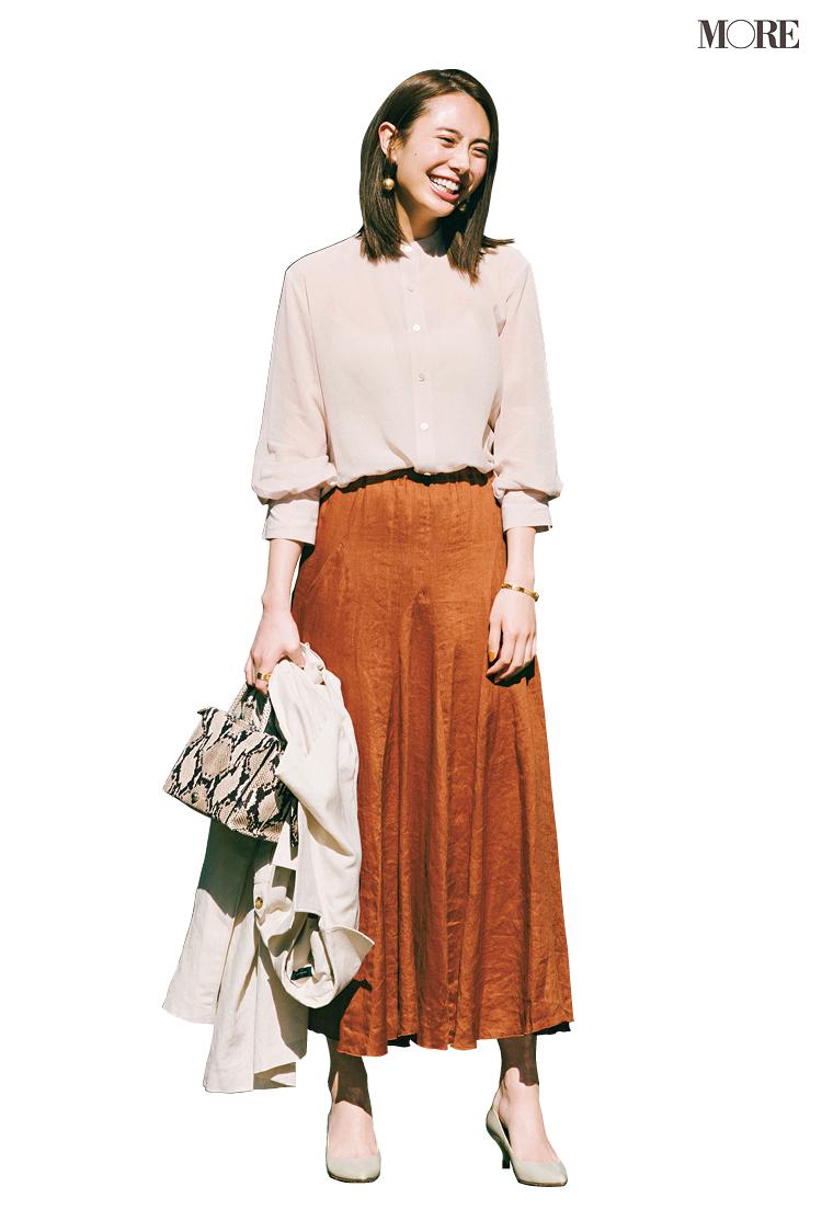 甘いシャツ×フレアスカートの日、シューズは◯◯なパンプス一択! さて、正解は?_1