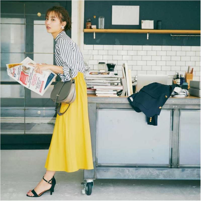 内田理央のストライプシャツとプチプラグレイルのきれい色スカートコーデ
