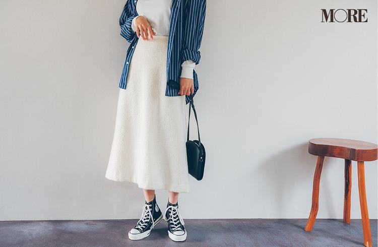 白スカートをはいた鈴木友菜の足もと