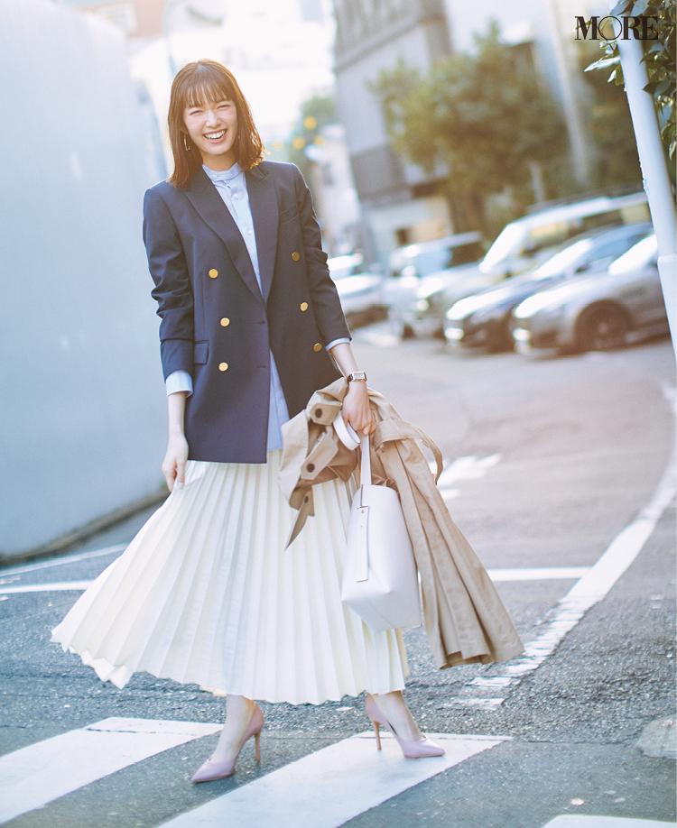 紺ブレとプリーツスカートのフレンチシックなお仕事コーデ