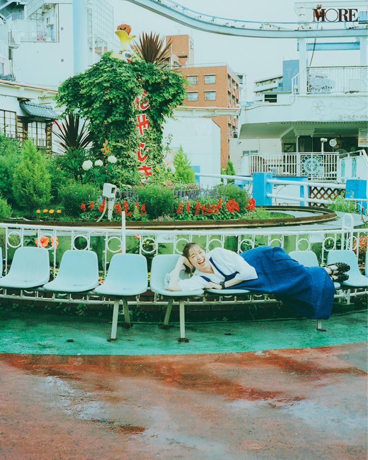 ワンピースを着てベンチに寝転んだ佐藤栞里