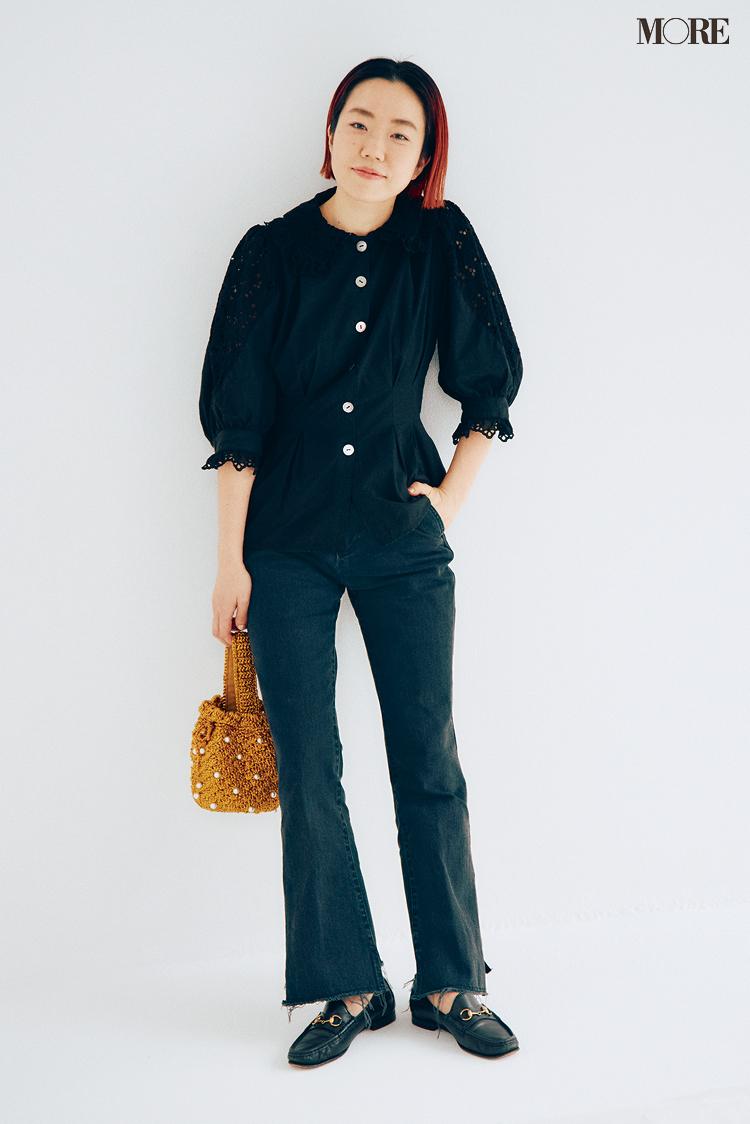 私物のグッチのローファーを履いたスタイリスト高野麻子さん