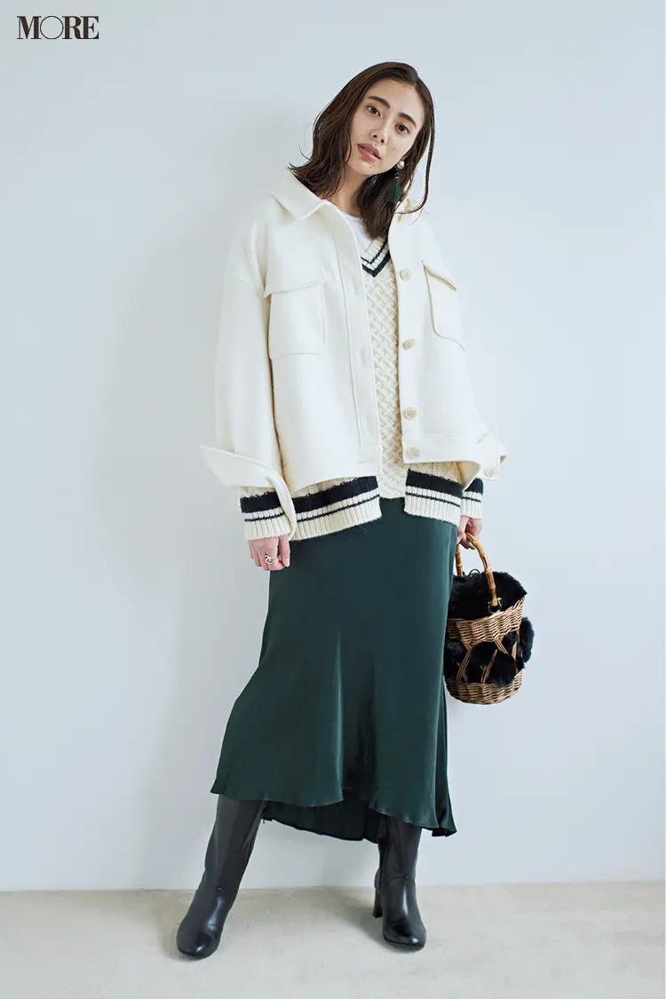 スカートとロングブーツのコーデ【7】白×フォレストグリーンのおしゃれ配色に黒ロングブーツ