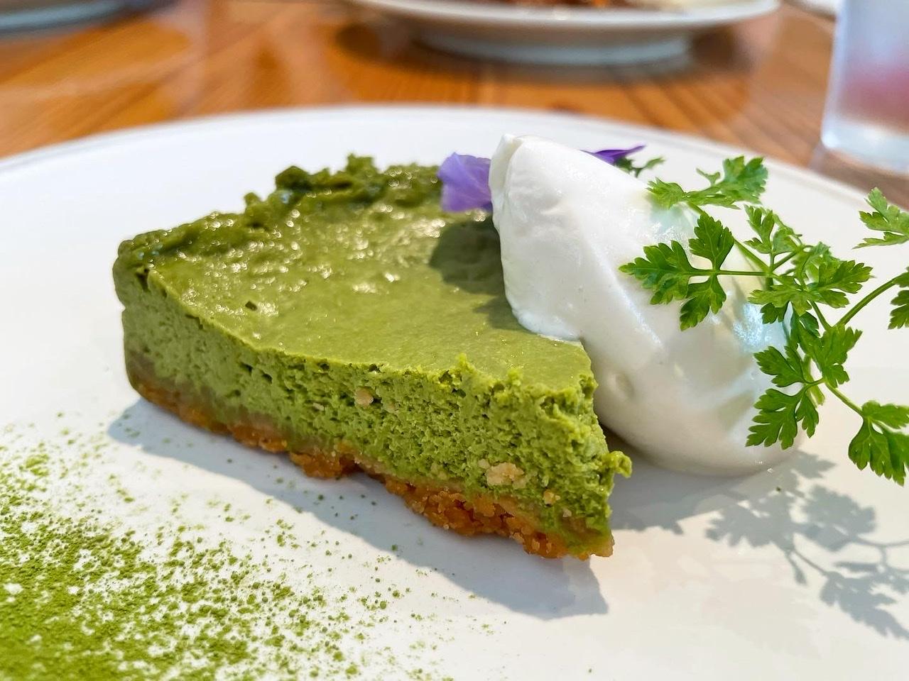 ヴィーガン対応の食事やスイーツが楽しめるカフェ『AINSOPH Ginza』のチーズケーキ