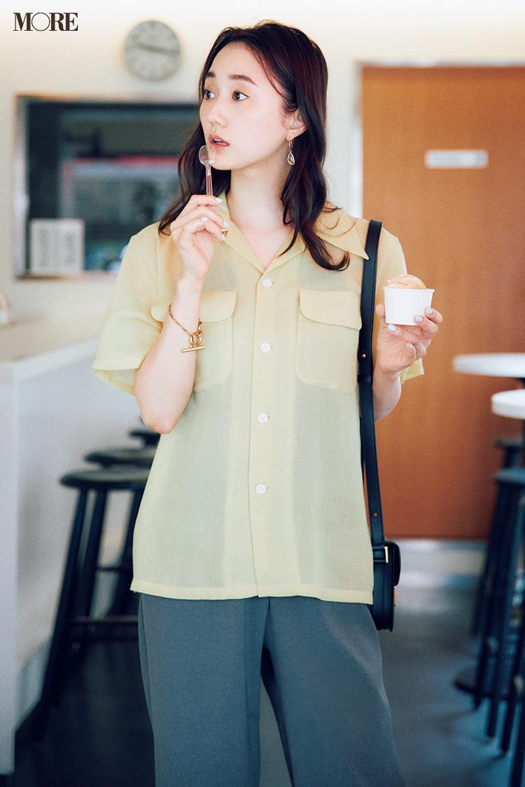 開衿シアーシャツ×グレーパンツコーデの鈴木友菜