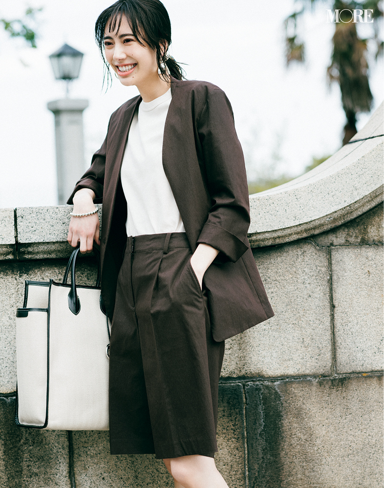 『プラステ』の洗えるストレッチジャケットセットアップを着た女性