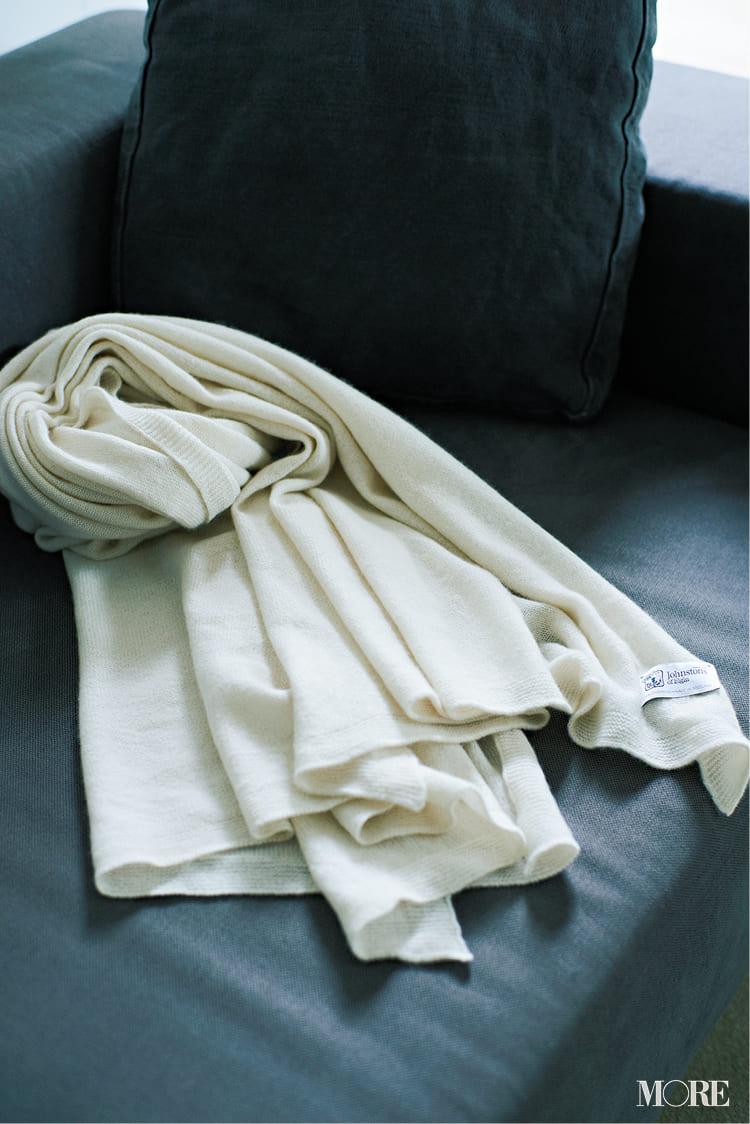 白ニットコーデ【2020冬〜春】- 着膨れしない細見えテクニックなど、白い服の最旬レディースコーディネートまとめ_53
