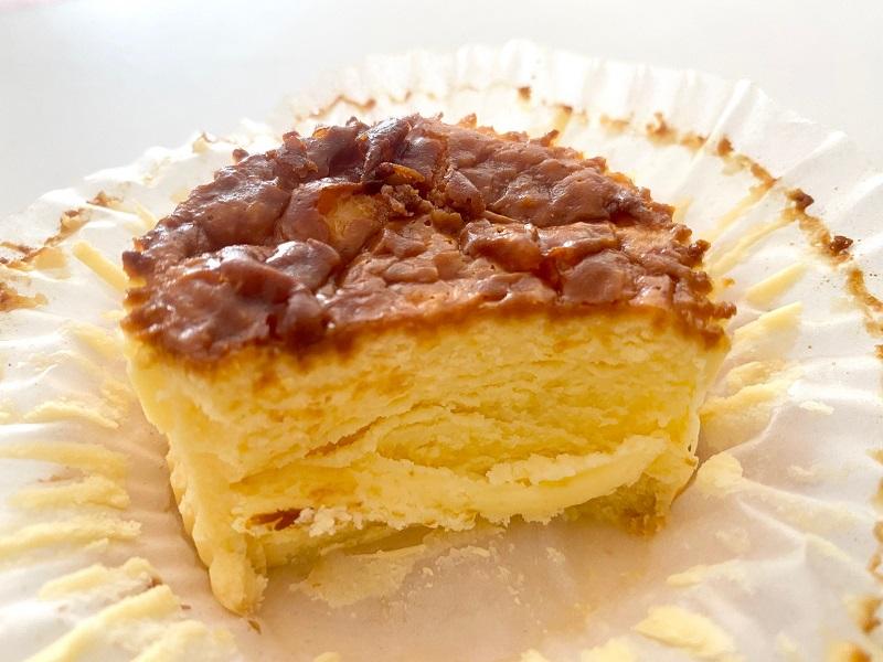 『ローソン』の「バスチー -バスク風チーズケーキ-」の断面