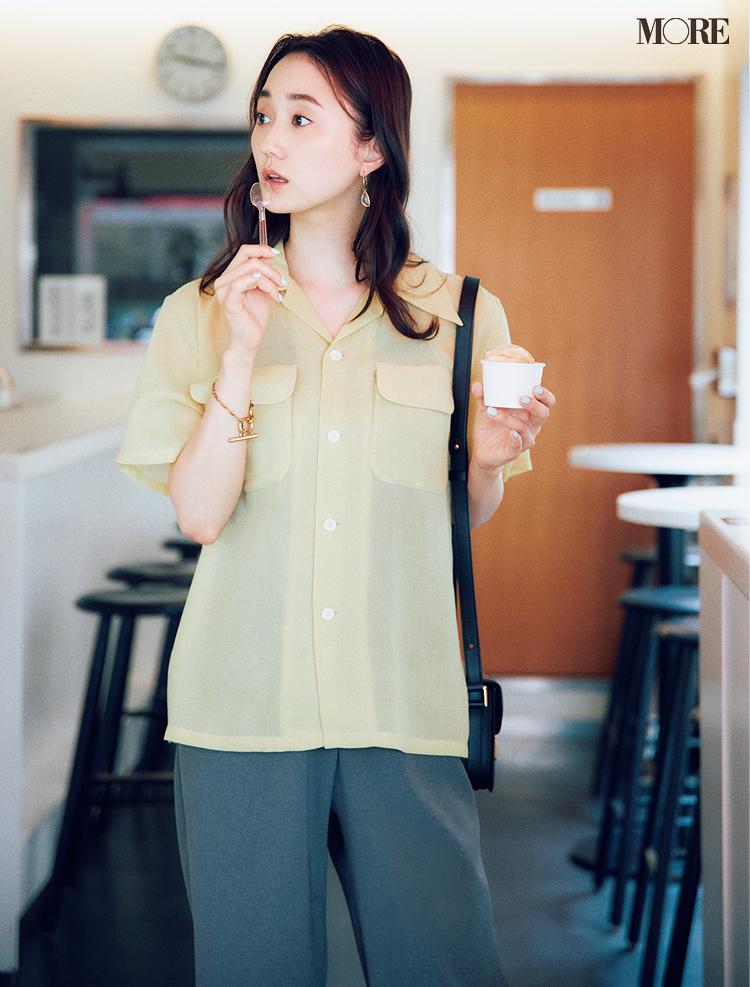 透ける開衿シャツには締め色のインナーを合わせる