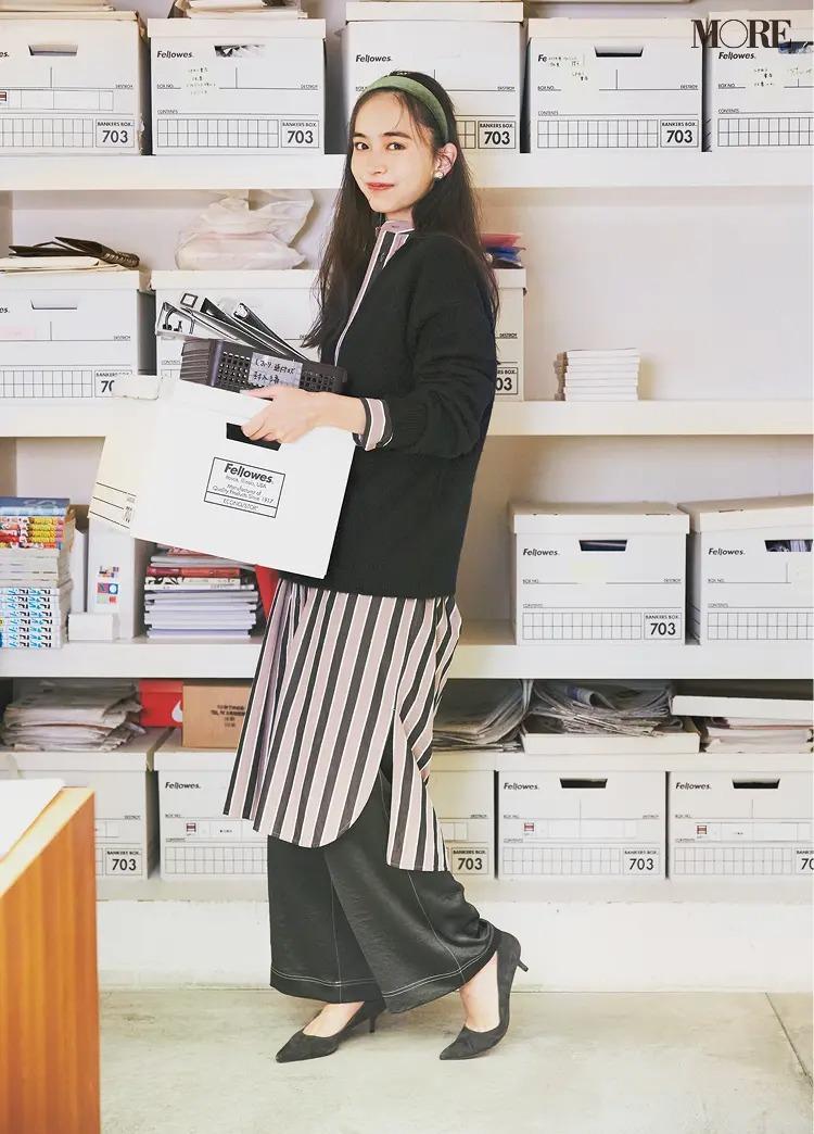 【2020-2021冬コーデ】ストライプ柄ワンピース×ニット×サテンパンツ