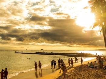 ハワイの絶景サンセット♡ アラモアナ ビーチパークや、ビーチビューのバーなど、夕日が映えるスポット3選!
